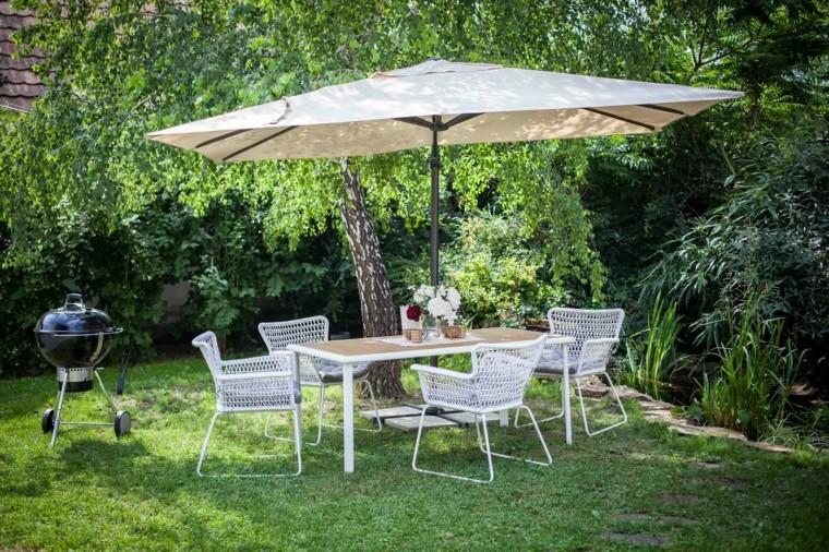 jardin-barbacoa-muebles-blancos-sombrilla